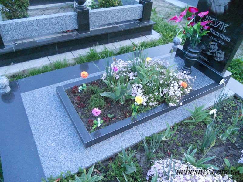 Об цветнике на могилу своими руками: размеры и установка надгробных цветников